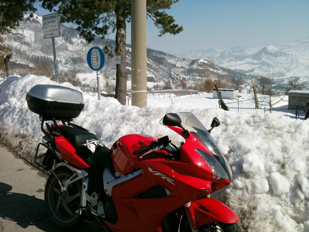 La moto de choix de moto de Jery pour les tours à moto en Italie
